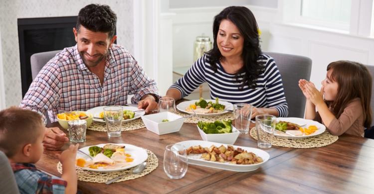 Gedeckter Tisch ohne Tischdecke für mehr Kindersicherheit in der Küche