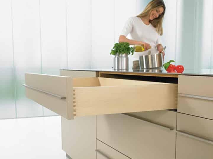 Ausgezogene Küchenschublade aus Holz für Küchenrenovierung bei Elha Service