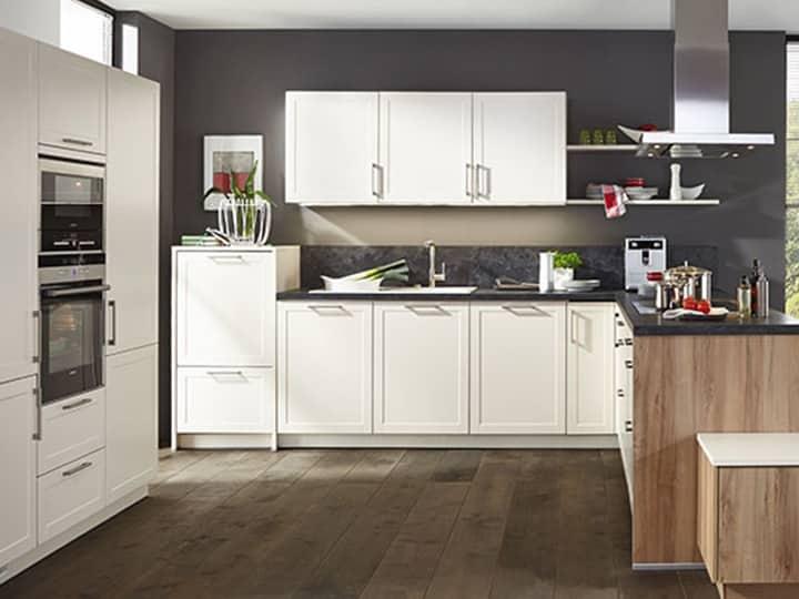 Küchenrenovierung mit weißen Holzfronten bei Elha Service in München