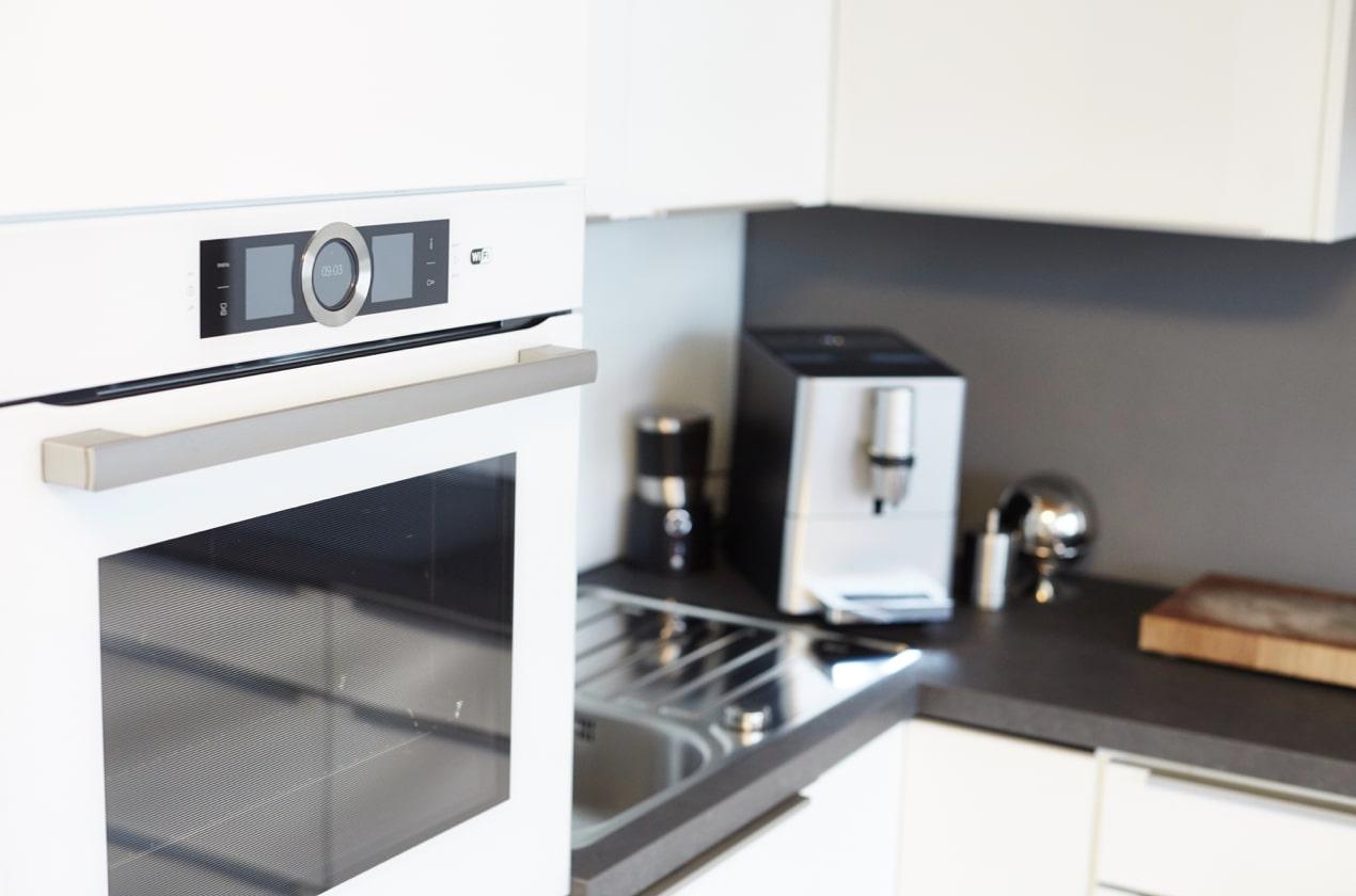 renovierte Küche mit Kaffeemaschine