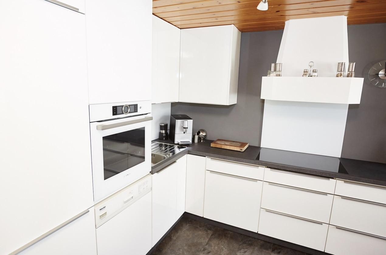 renovierte Küche mit Fronten in Hochglanz Weiß