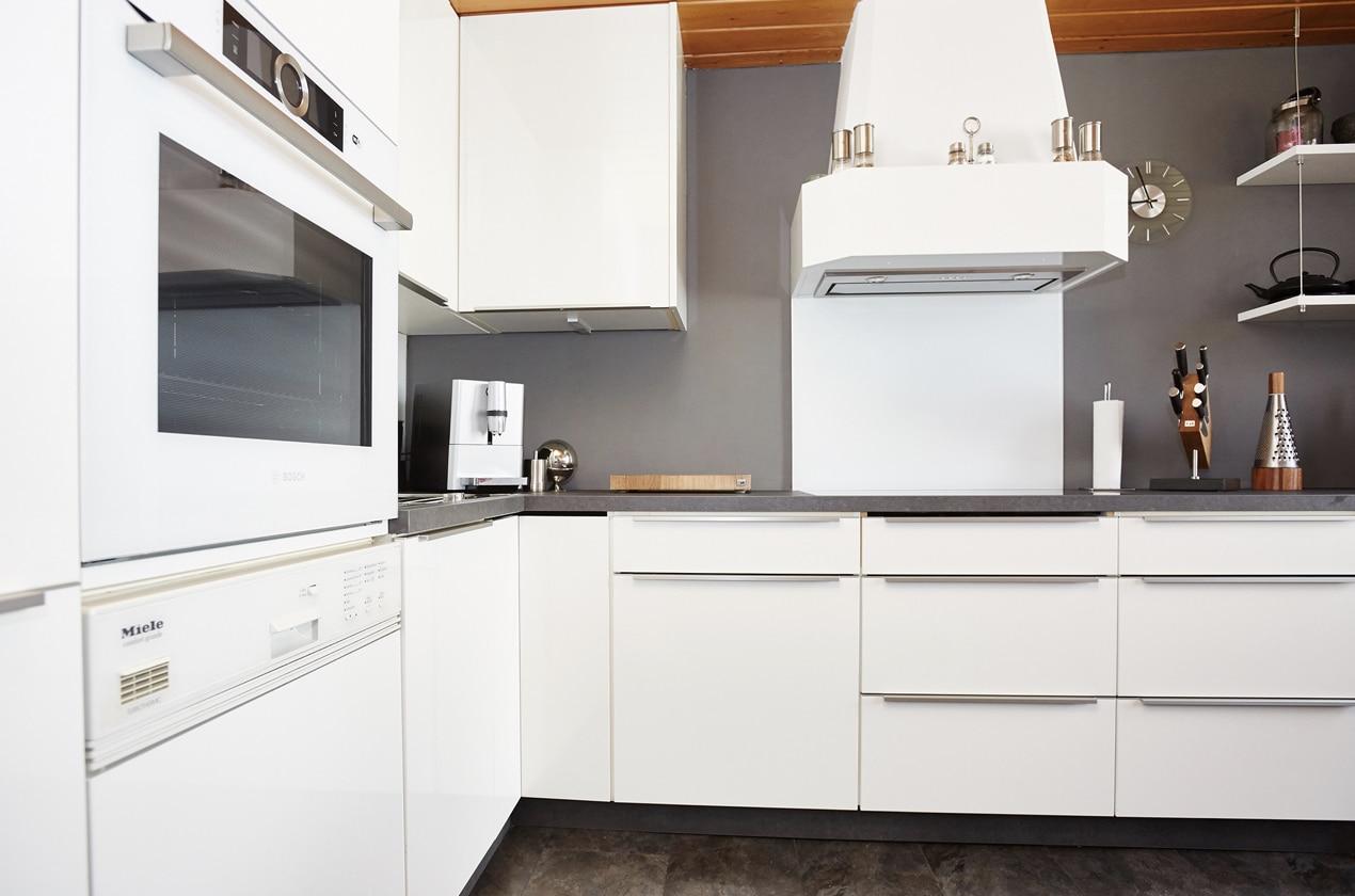 renovierte Küche in Hochglanz Weiß