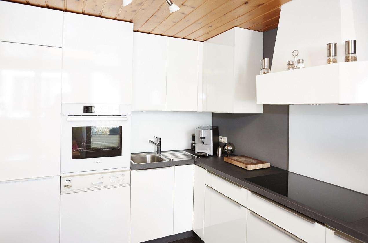 Küche nach Renovierung in Hochglanz Weiß