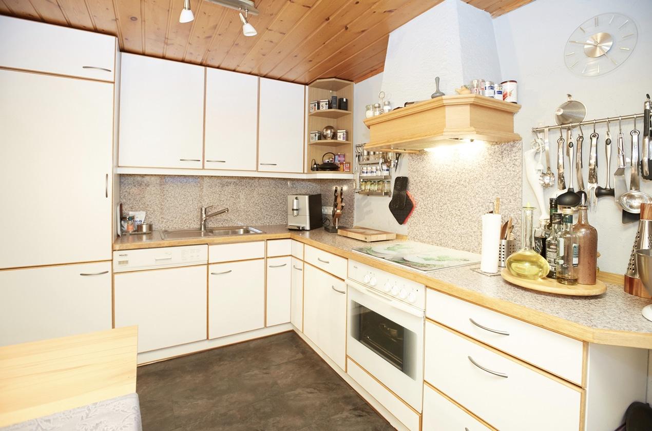 Blick auf gesamte Küche vor Renovierung