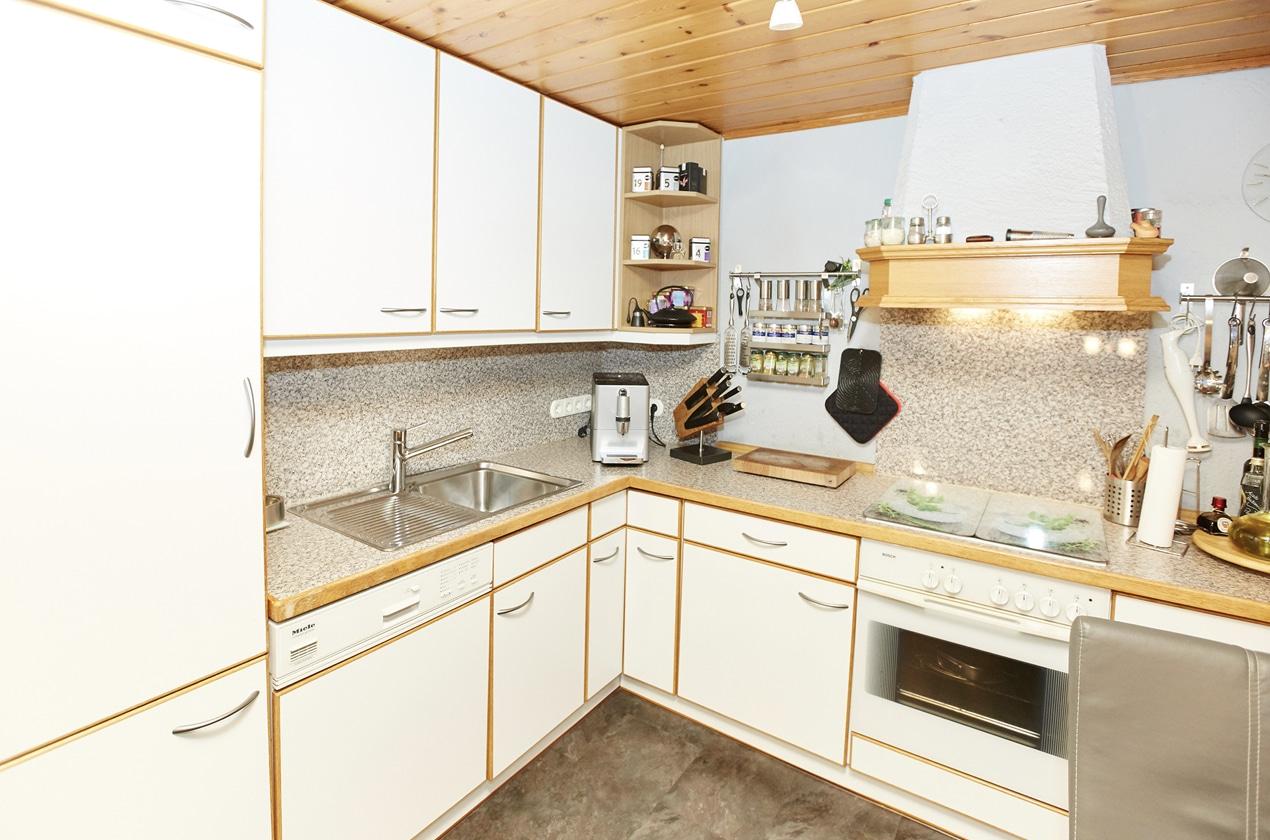 Küche vor Küchenrenovierung mit Spülmaschine und Backofen
