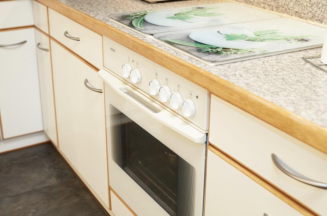 Alte Küche vor Küchenrenovierung mit altem Backofen