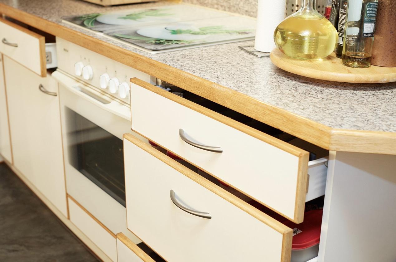 Küche vor Küchenrenovierung mit alten Schubladen