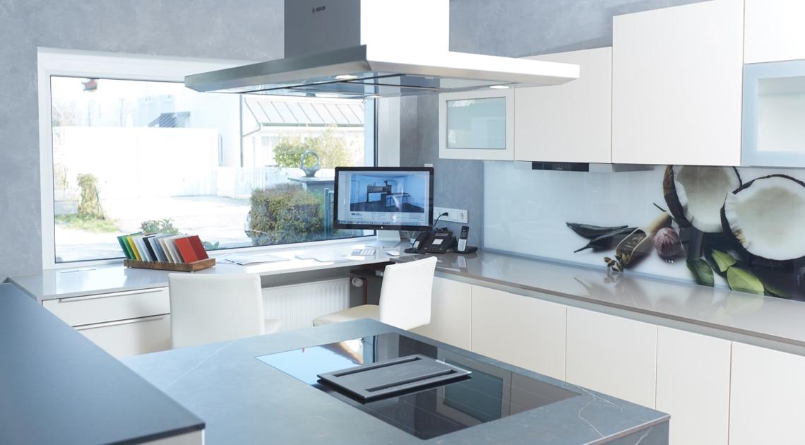 Helle Kücheninsel Computer - hell und modern mit Nischenverkleidung