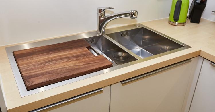 Hochwertige Spüle und Schneidebrett aus Nussbaum nachdem Küche umgebaut wurde in München