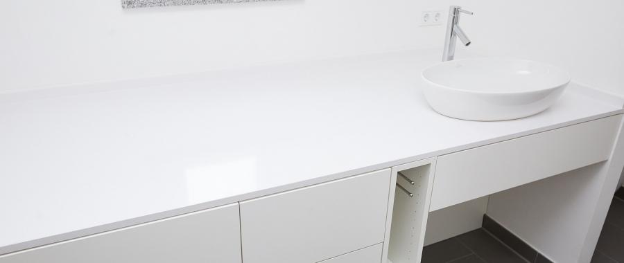 Moderner Waschtisch mit weißen Fronten und hochwertigem Waschbecken