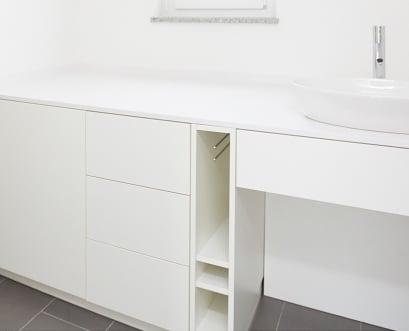 Moderner Waschtisch bei Fitchtner in weiß