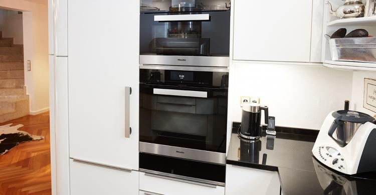 Elektrogeräte in neuer Küche mit neuen Elektrogeräten