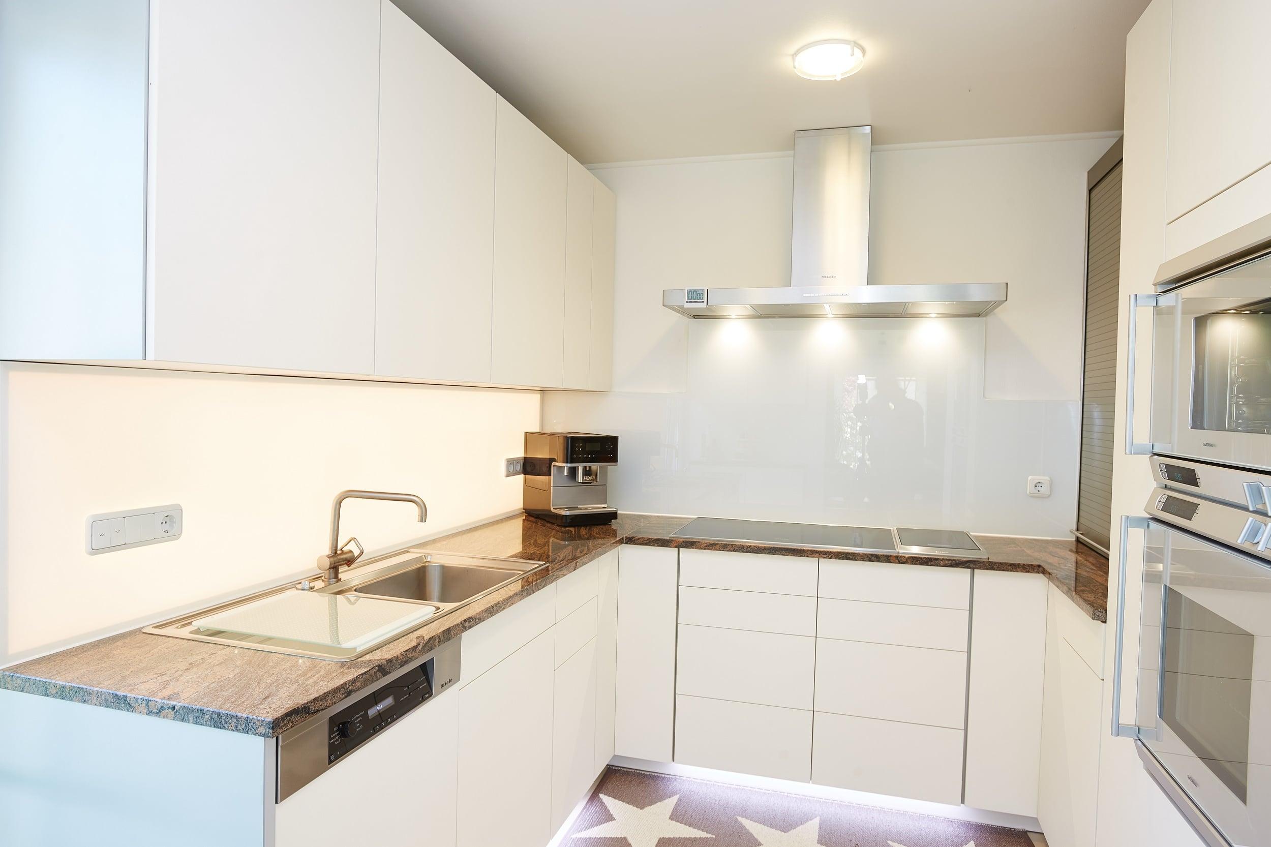 neue helle Küche mit dunkler Arbeitsplatte