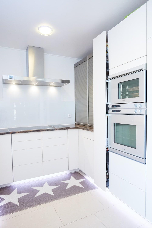 Detailansicht einer hellen Küche mit dunkler Arbeitsplatte
