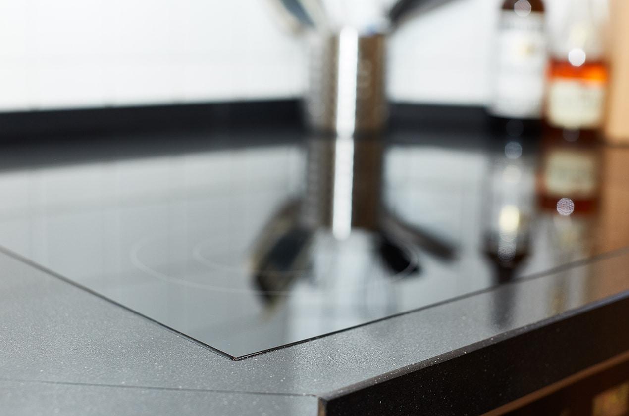 Nahtlose Integration eines Kochfeldes in eine Quarzsteinplatte