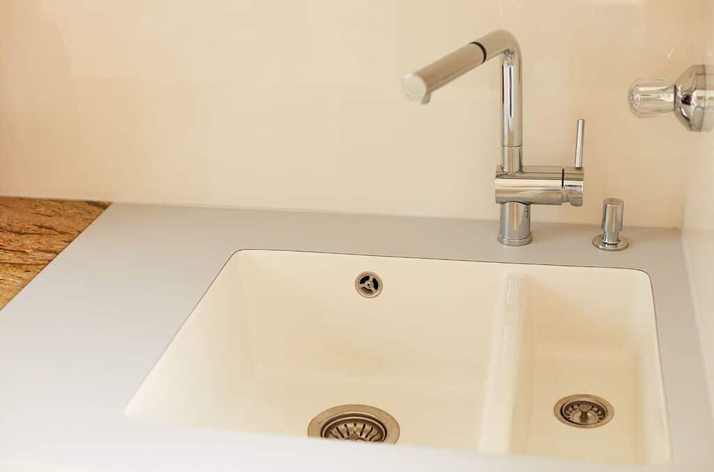 Neues Keramikspülbecken bei aufgewerteter Küche
