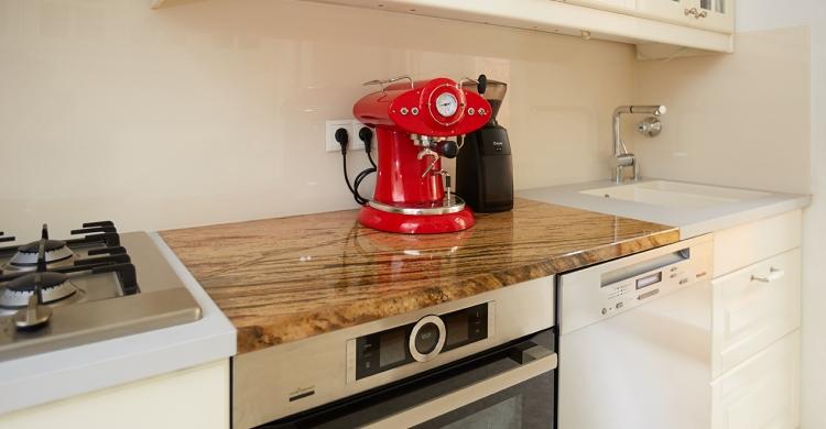Alte Steinplatte bei Küche aufwerten beibehalten