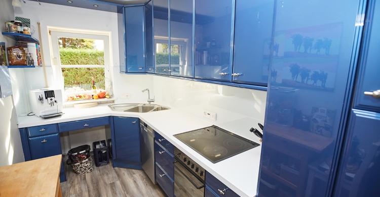 Nachher Ansicht der blau weißen Küche