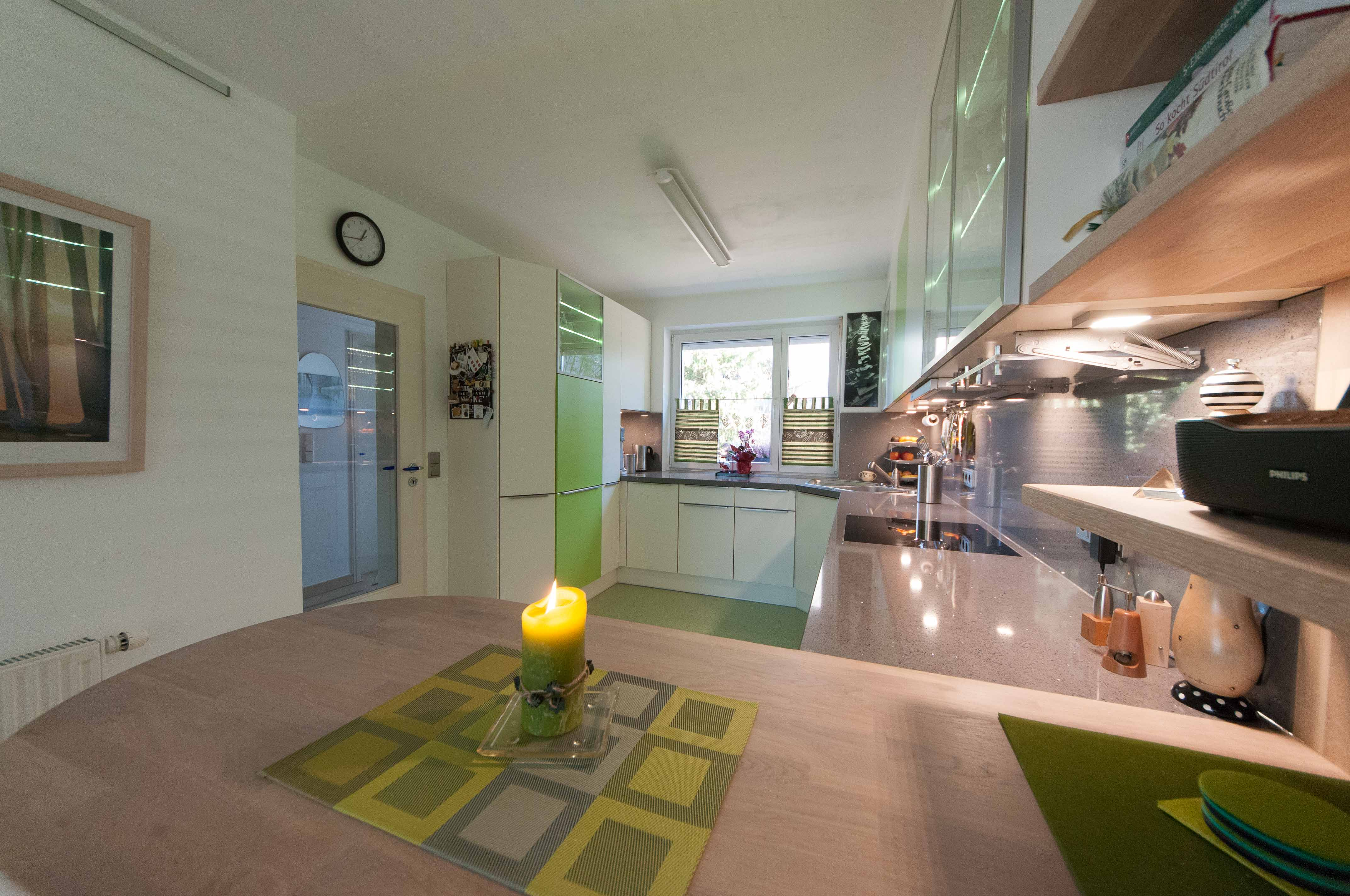 Ansicht auf eine Hochglanz Arbeitsplatte und matten Küchenfronten