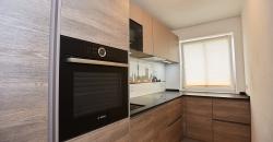 Bei unserem Kunden Dominik V. haben wir eine moderne Küche mit Holz umgesetzt