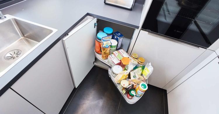 Das Aufbewahrungsystem in den Eckschränken bietet genügend Platz in der Designer Küche mit Kochinsel