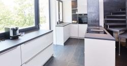 Die Designer Küche mit Kochinsel punktet mit zeitloser Eleganz