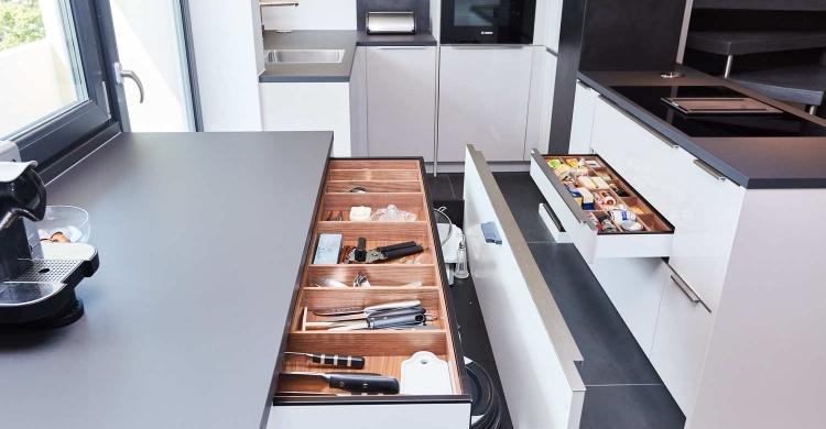 Die Farben der Designer Küche mit Kochinsel sind harmonisch aufeinander abgestimmt.