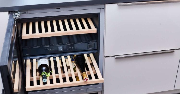 Der Weinschrank ist ein besonderes Highlight der Designerküche mit Kochinsel