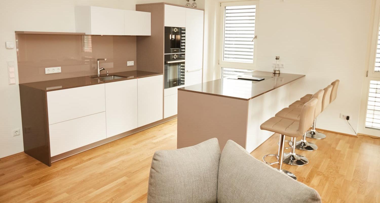 Gestaltung einer grifflosen Küche mit Fronten in weiß matt - elha ...