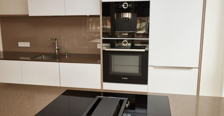 Gestaltung einer grifflosen Küche mit Fronten in weiß matt ...