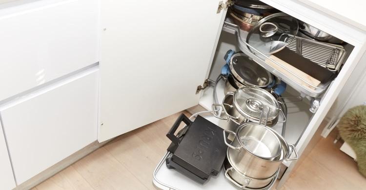 Der Auszug Kesseböhmer LeMans II macht aus einer sonst nur schwer zu nutzenden Ecke in der weißen Küchen, helle Arbeitsplatte einen vielseitigen Stauraum.