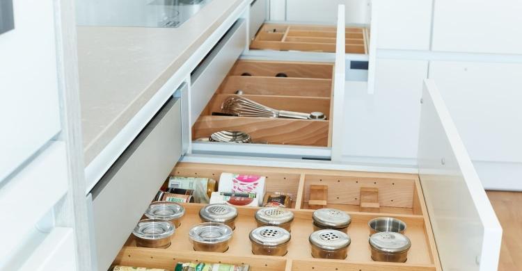 Das Aufbewahrungssystem in der weissen Küche Hochglanz sorgt für einen optimalen Stauraum