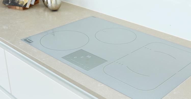 In der weissen Küchen Hochglanz wurden moderne und hochwertige Neugeräte, wie das Induktionskochfeld, eingebaut