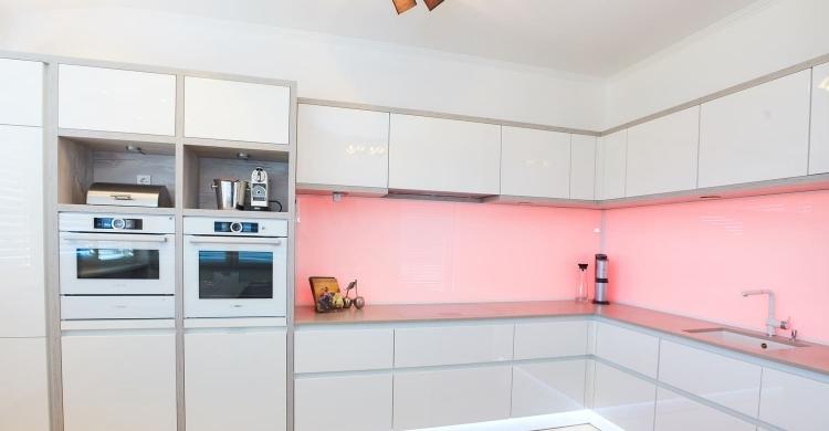 Durch Die Weisse Küche In Hochglanz Kommt Die BackLight Beleuchtung  Besonders Gut Zur Geltung Und Bietet