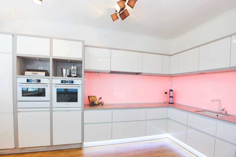 Weisse Küche in Hochglanz - Schlicht und aufregend zugleich ...