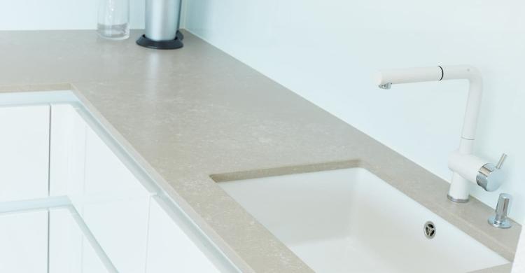 Die Spüle soll natürlich auch zum geradlinigen Design der weissen Küche Hochglanz passen, deshalb wurde ein BLANCO Sublime 500-U Becken in keramikweiß matt gewählt.