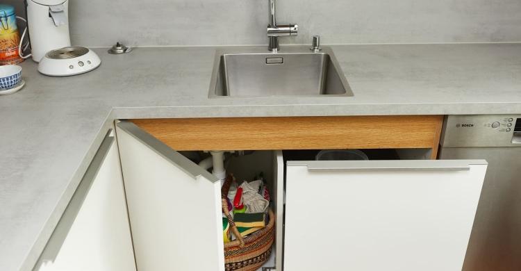 Im rechten Teil des großzügig geschnittenen Spülenschranks wurde ein neues BLANCO Select 50/2 Abfallsystem eingebaut
