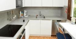 Das zeigt auch dieses Projekt: Kundin Andrea E. hat sich eine moderneKüche in weiss graugewünscht, die grundsätzliche Form ihrer Küche sollte durch die Renovierung erhalten bleiben