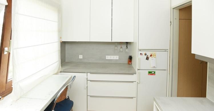 Durch den Einbau von zwei neuen Geräte-Nischen wurde in derKüche in weiss graugeschickt Stauraum ergänzt