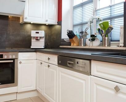 gestaltung-weisse-landhausküche-gesamtansicht