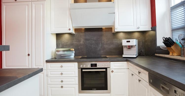 gestaltung-weisse-landhausküche-ofen-dunstabzug
