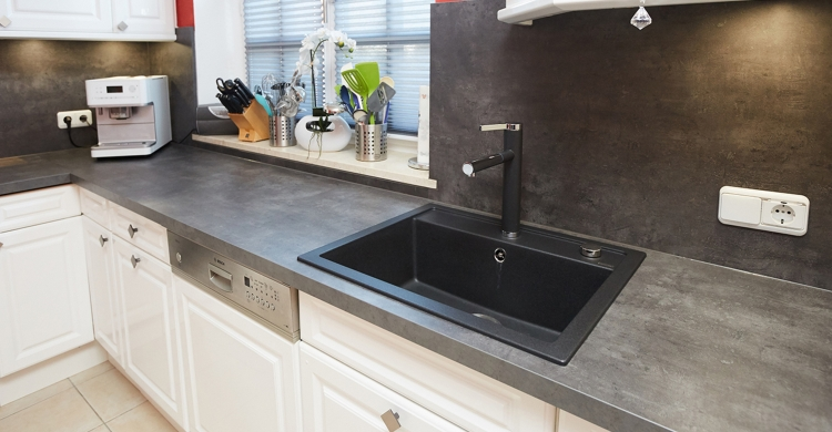 gestaltung-weisse-landhausküche-spülbecken