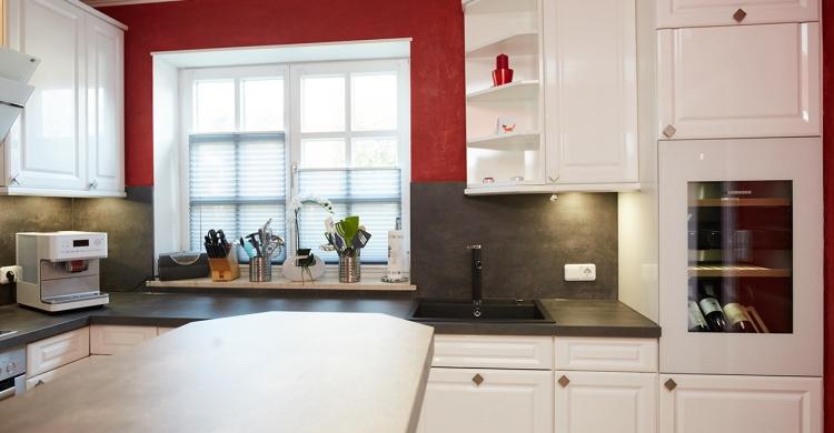 gestaltung-weisse-landhausküche-weinschrank