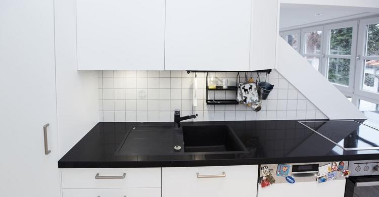 modernen Küche in weiß mit Küchenfronten in matt-amatur