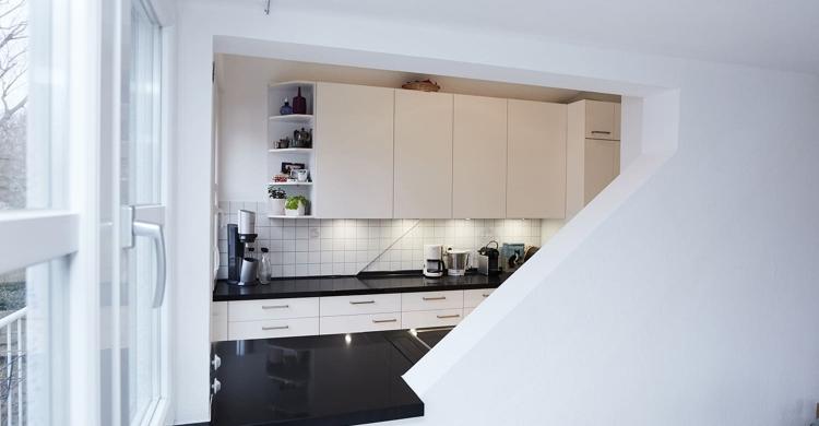 modernen Küche in weiß mit Küchenfronten in matt-durchreiche1