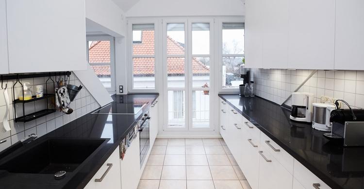 modernen Küche in weiß mit Küchenfronten in matt-fronten