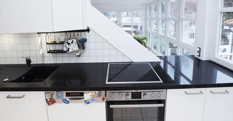 modernen Küche in weiß mit Küchenfronten in matt-technisch
