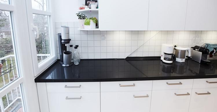 modernen Küche in weiß mit Küchenfronten in matt-weiße fronten