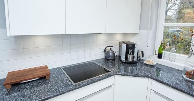 Gestaltung einer Küche mit Arbeitsplatte aus Naturstein und matten Küchenfronten-neo-spots