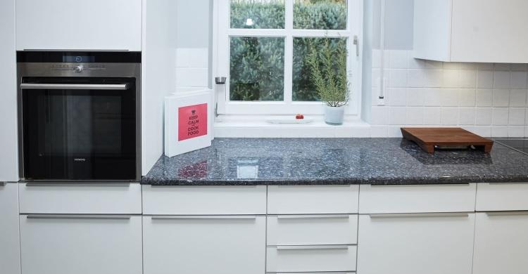 Gestaltung einer Küche mit Arbeitsplatte aus Naturstein und matten Küchenfronten-fronten